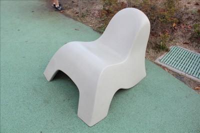 すわり心地の良い公園のベンチ