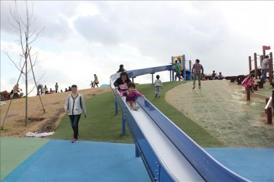 青いロングローラー滑り台
