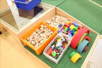 木の積み木などの玩具箱