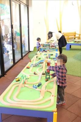 木の列車の玩具コーナー
