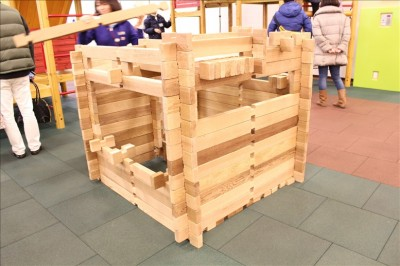 木のブロックでログハウスが作れる遊び場