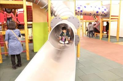 銀色のトンネル滑り台