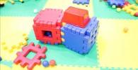 大きな青色と赤色のブロックの玩具