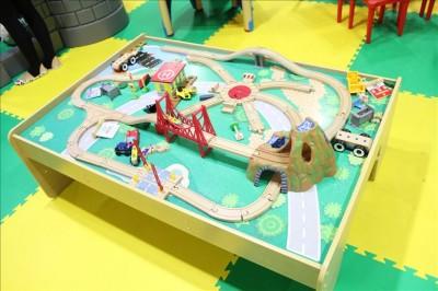 木の列車とレールで遊べるコーナー