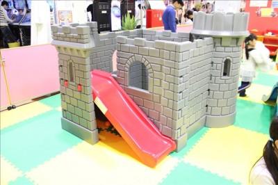 プレイルームのお城の遊具と滑り台
