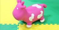 ピンク色の牛さんの幼児向け玩具