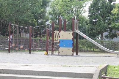 子供が遊べる広場の複合遊具
