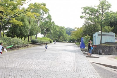 公園北口前の遊歩道
