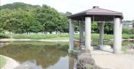 公園の四阿と池