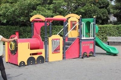 汽車ポッポの形をした遊具