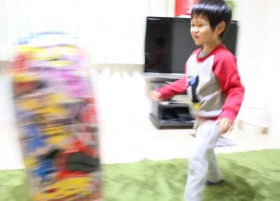 パンチファイターで遊ぶ4歳児