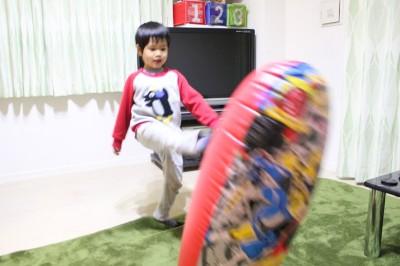ニンニンジャーパンチファイターを蹴る4歳の幼児