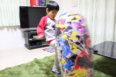 ニンニンジャーパンチファイターに膝蹴りの児童