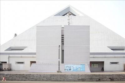 三角の形をした大倉運動公園体育館