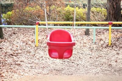 赤いカゴ型の幼児用ブランコ