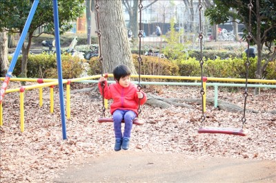ブランコを楽しむ3歳児