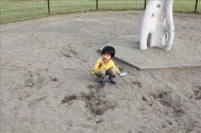 お砂場でプラレールで遊ぶ