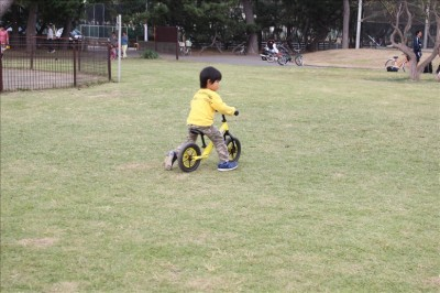 遊具広場前の芝生広場でストライダーの練習