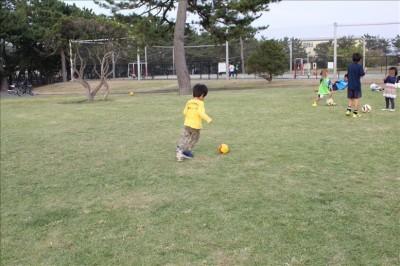 芝生の広場でサッカー