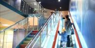 ラウンドワンのエスカレーターと階段