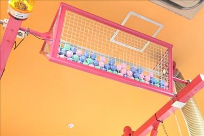天井に設置されたボールカゴ