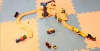 木のレールと列車のおもちゃ