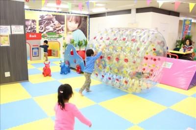 サイバーホイールを押して遊ぶ3歳児