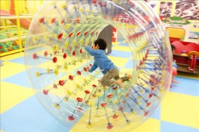 サイバーホイールで遊ぶ幼児