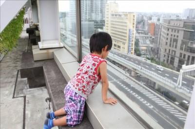 屋上から首都高速が見える