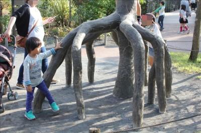 不思議な形のオブジェが子供の遊び場に