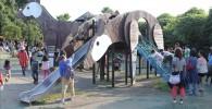 ゾウの鼻の形をした滑り台