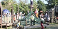 ピラミッド型のアスレチックに登る子供達の様子