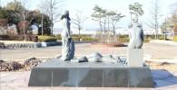 中央広場の裸の女性像(御勅使南公園)