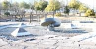 湧き水池広場の中心のオブジェ(御勅使南公園)