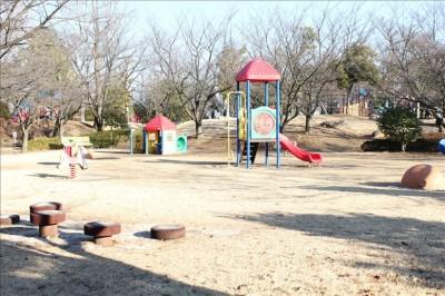 幼児向け遊具のある広場(御勅使南公園)