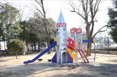ロケットの形をした遊具(御勅使南公園)