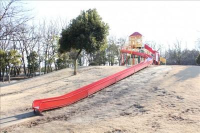 ロングローラー滑り台(御勅使南公園)