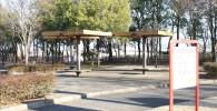 木製の屋根付きのベンチ(御勅使南公園)