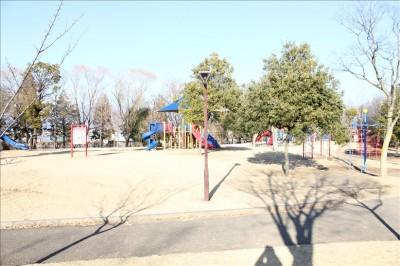 遊具のある大きな広場(御勅使南公園)