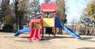 赤いミニ滑り台が付いた幼児向け遊具(御勅使南公園)