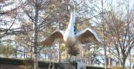 遊戯広場の白鳥像(御勅使南公園)