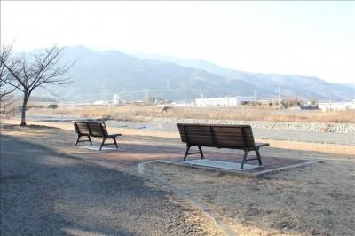 親水ゾーンのベンチと風景(御勅使南公園)