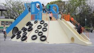 公園中央の大型複合遊具