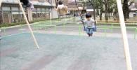 ブランコで遊ぶ児童