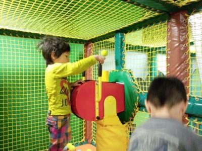 キッズビーのエアバズーカーで遊ぶ児童