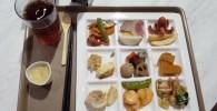 キッズビーのビュッフェの四角いお皿とお料理、ジュース