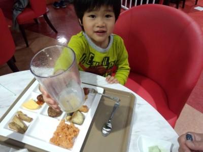 キッズビーの料理を美味しく食べる幼児