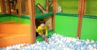 ボールプールで遊ぶ子供の様子
