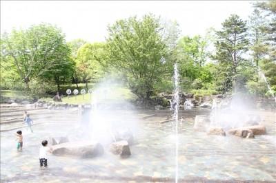 ミスト状の噴水が噴出している様子