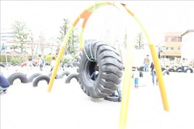 大きなタイヤが吊り下げられた遊具